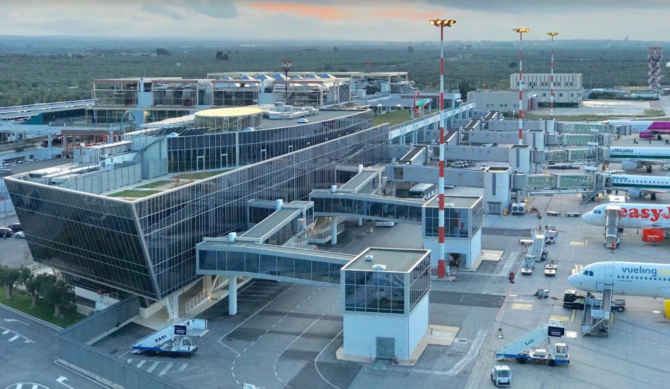 """Aeroporto di Bari: turni massacranti degli addetti alla sicurezza. M5S chiede audizione: """"A rischio la salute dei lavoratori e la sicurezza dei passeggeri"""""""
