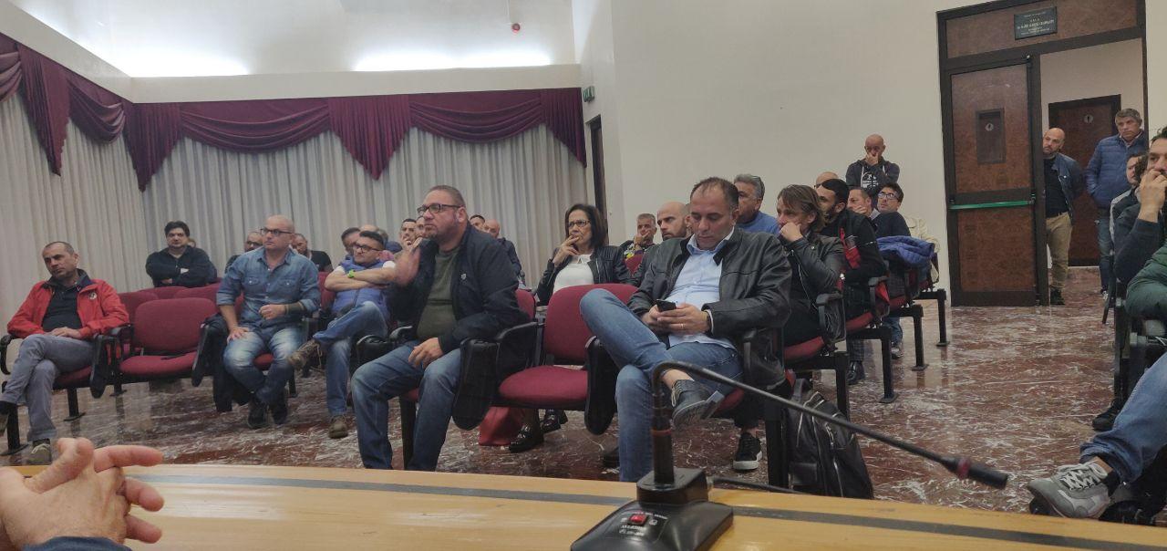 """Brindisi, ex GSE. Bozzetti (M5S) incontra i lavoratori in presidio nel Comune. """"Lavorare insieme per trovare una soluzione"""""""