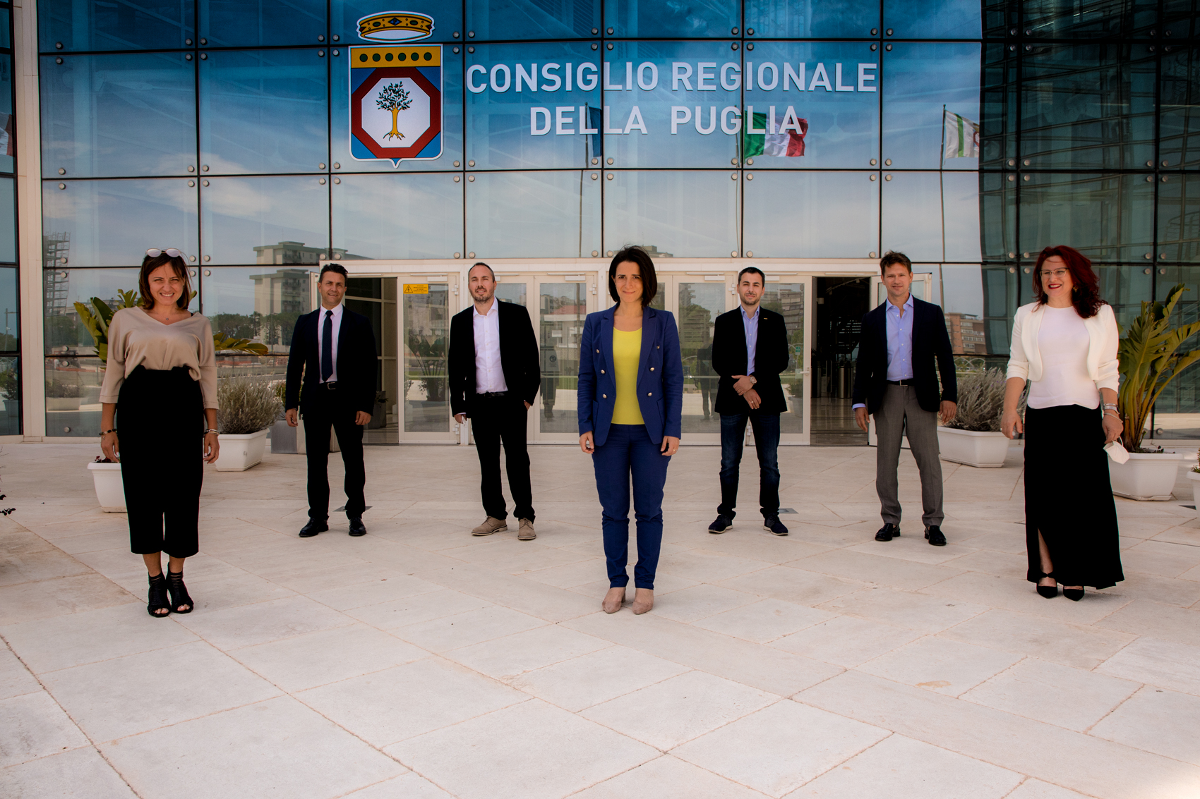 Taranto, annuncio Forza Italia per segretaria bionda e di bella presenza. M5S: Chiedano scusa