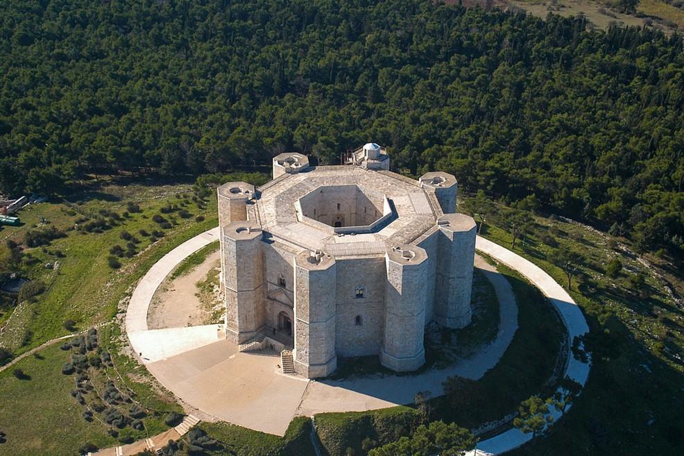"""Castel del Monte, escluse alcune guide turistiche. Di Bari (M5S): """"Fare chiarezza su questa disparità di trattamento"""""""